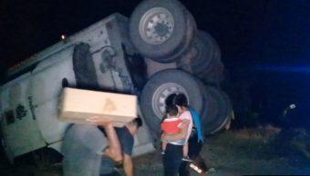 Fotos: Esta es la sexta ocasión en dos meses, que ciudadanos hacen rapiña en la carretera federal Mérida-Campeche, 13 de octubre de 2019 (Noticieros Televisa)