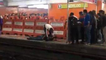 FOTO Vagón del Metro CDMX golpea a hombre en estación Hidalgo (Twitter)