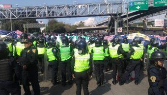 Bloqueo de policías federales en el AICM. (S. Servín)