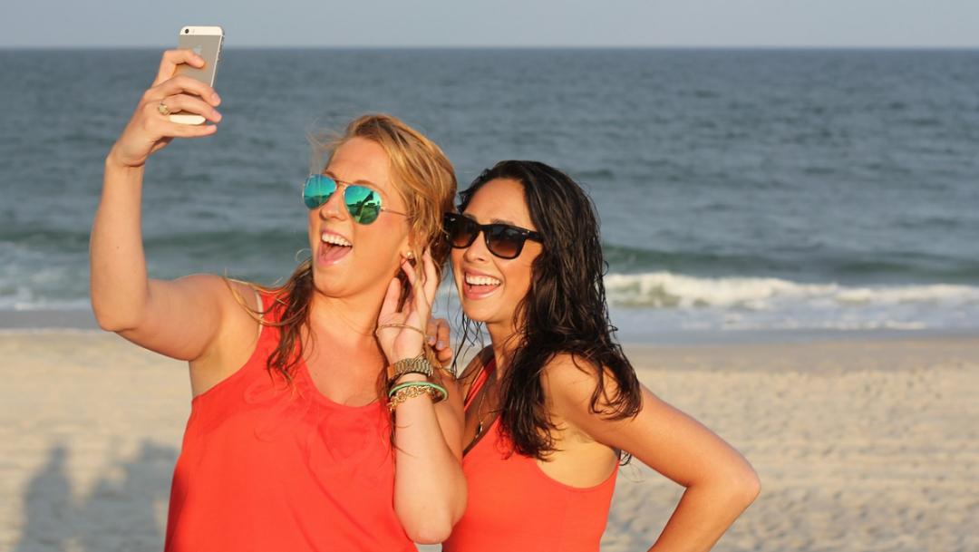 Entre más 'selfies' subes a tus redes, más odioso/a pareces: estudio