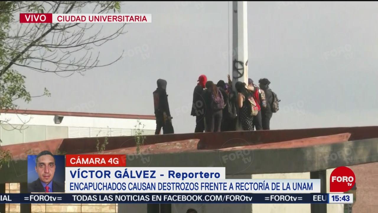 FOTO: Encapuchados tratan bajar Bandera México Rectoría,