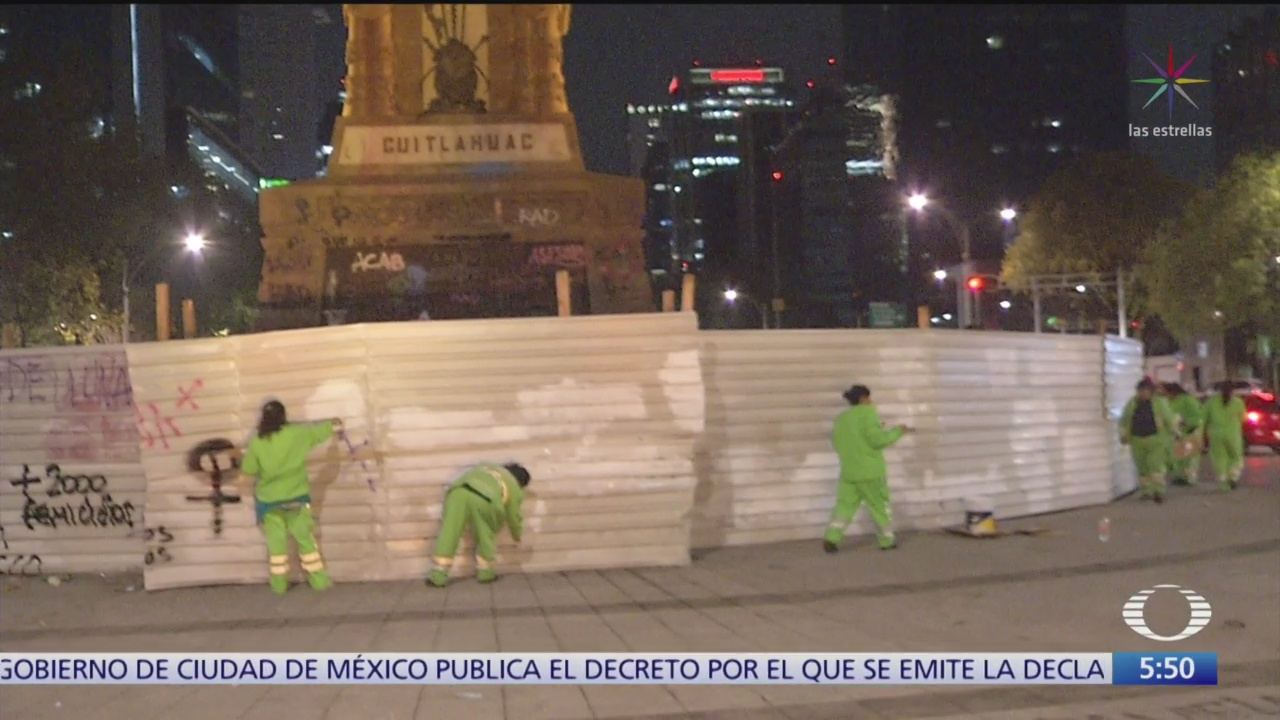 Limpian monumentos dañados durante marcha feminista en la CDMX