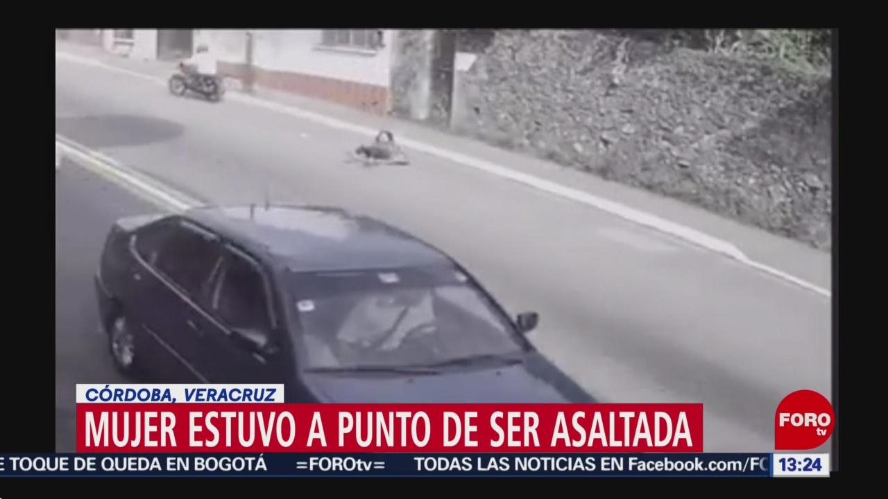 FOTO: Mujer termina en el suelo tras ser víctima de intento de asalto en Veracruz, 24 noviembre 2019