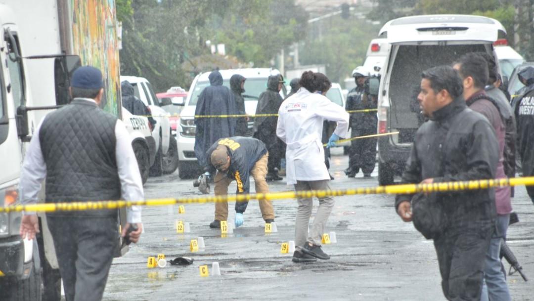 Imagen: Agentes de la Policía de Investigación buscan a los responsables de la muerte de dos hombres y las lesiones de un tercero, luego de ser agredidos con arma de fuego