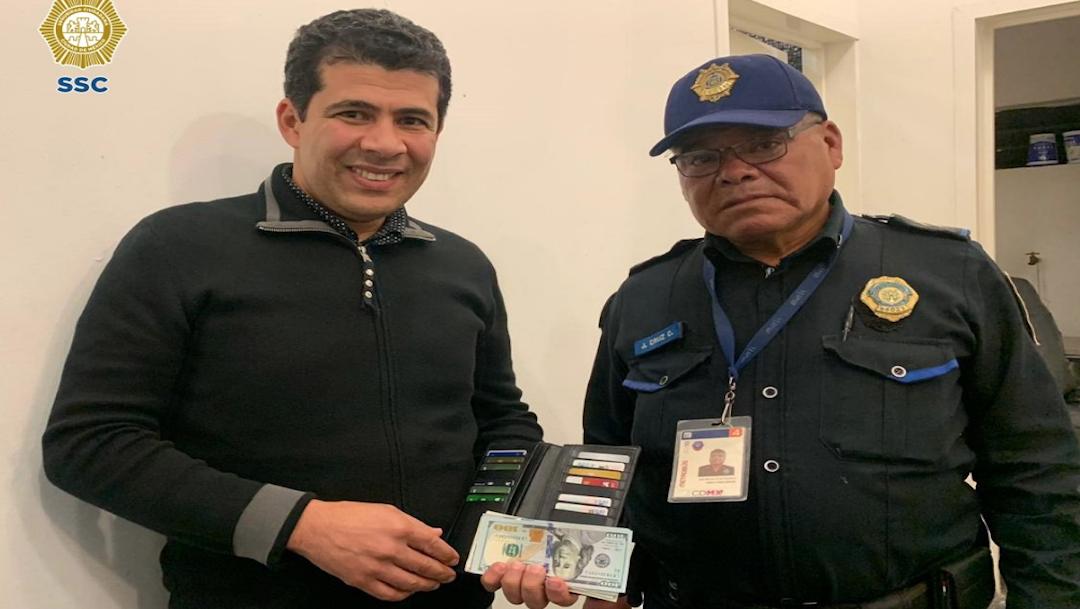 Foto Policía devuelve cartera perdida con 11 mil pesos a ciudadano canadiense 15 noviembre 2019