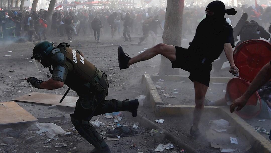 Foto: Manifestantes se enfrentan a la Policía este martes en la céntrica Plaza Italia de Santiago, Chile, 13 noviembre 2019