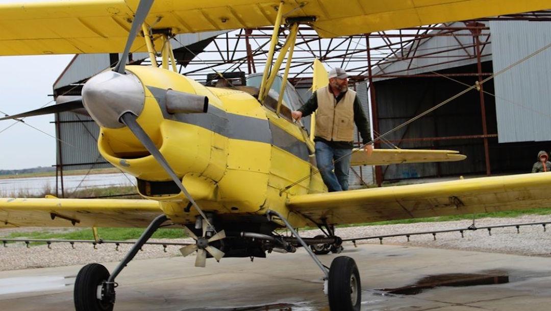 """Foto Iglesia usa avión para """"fumigar"""" a su comunidad con agua bendita 27 diciembre 2019"""
