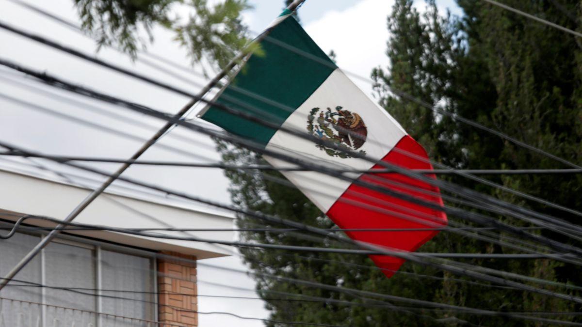 Foto: Una bandera mexicana ondea en la embajada de la Paz, Bolivia. Reuters