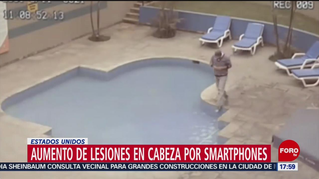 FOTO: lesiones por caminar y ver el celular al mismo tiempo van en aumento
