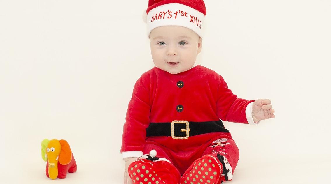 Visten a bebés de cuidado intensivo con atuendos navideños