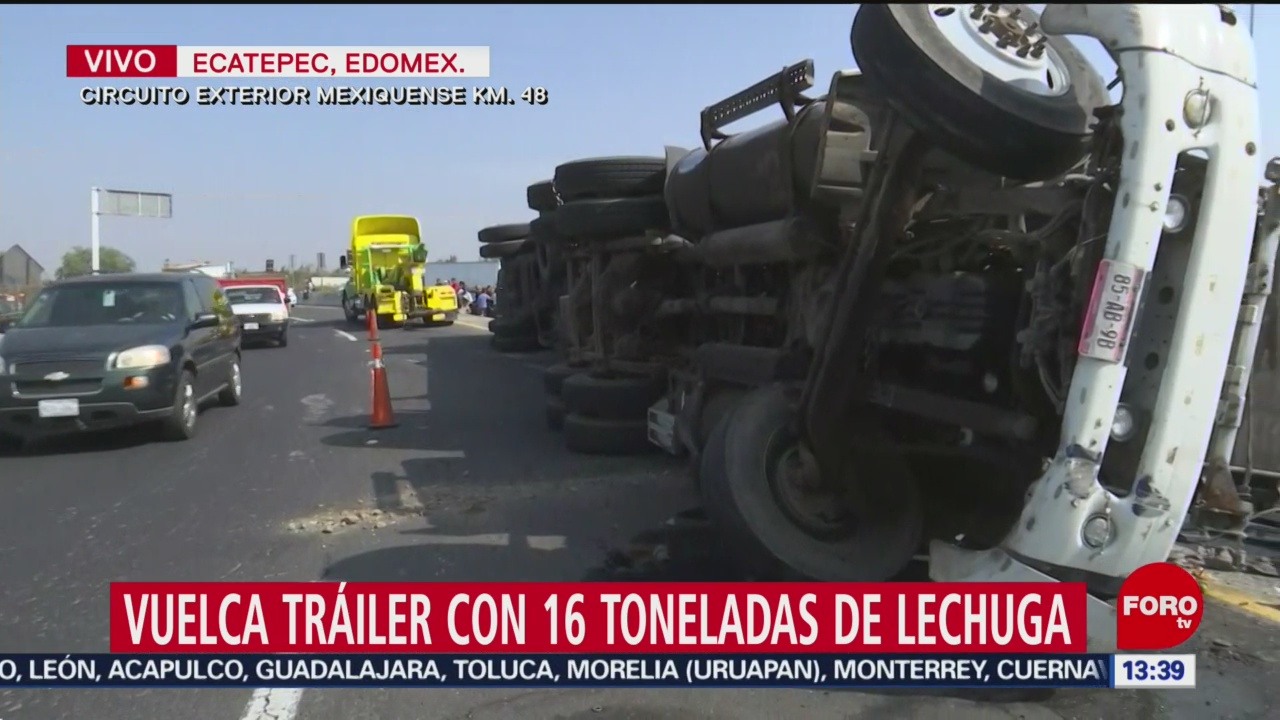 FOTO: vuelca trailer con toneladas de lechugas