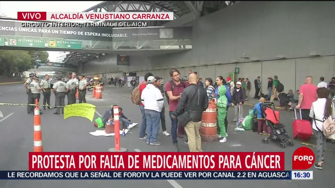 FOTO: bloquean entradas del aicm en protesta por falta de medicamentos
