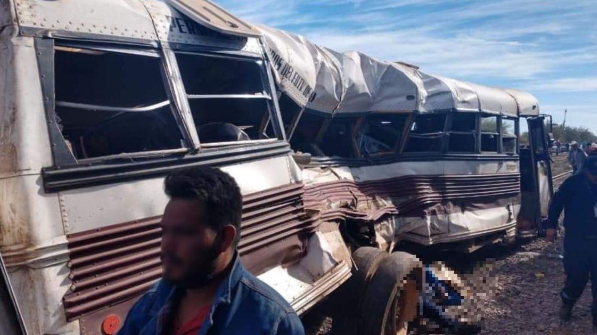 Tren embiste autobús de jornaleros en Vícam, Sonora