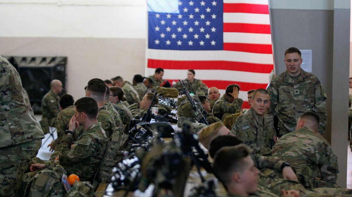Foto: Paracaidistas del Ejército de Estados Unidos esperan abordar a un avión. Reuters