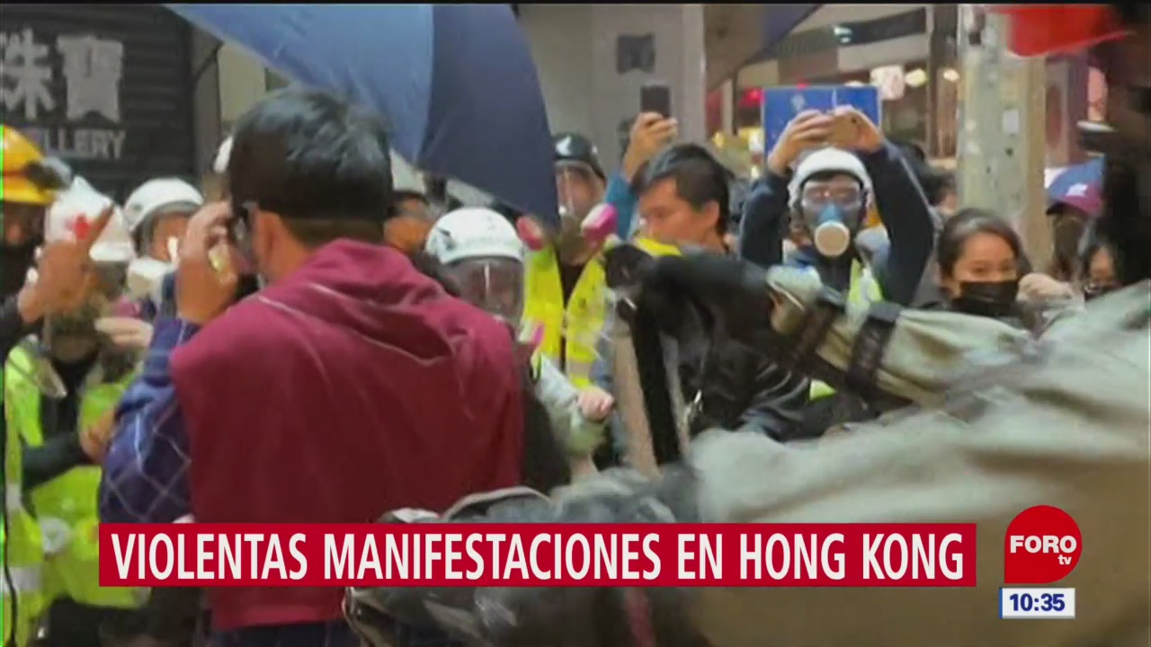 Foto: lanzan gas lacrimogeno a legislador durante protesta en hong kong