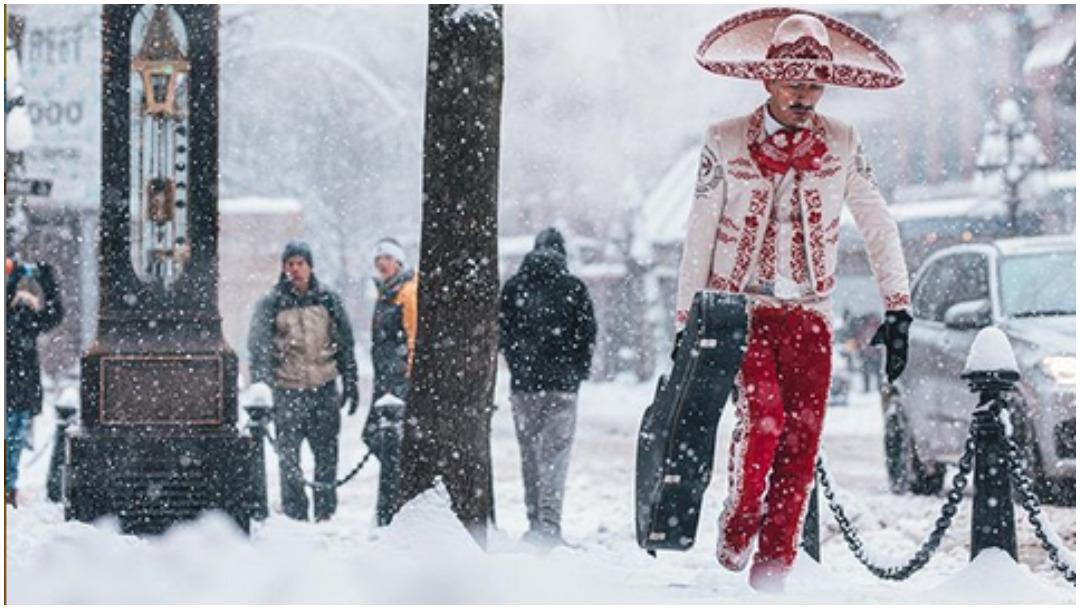 Foto: Mariachi se viraliza por caminar en la nieve en Vancouver, Canadá, 18 de enero de 2020 (Instagram Banana Cam Photo)