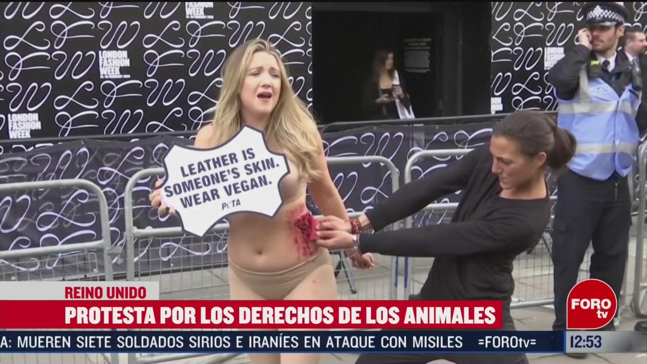 arrancan piel a mujer que protesta por derechos animales