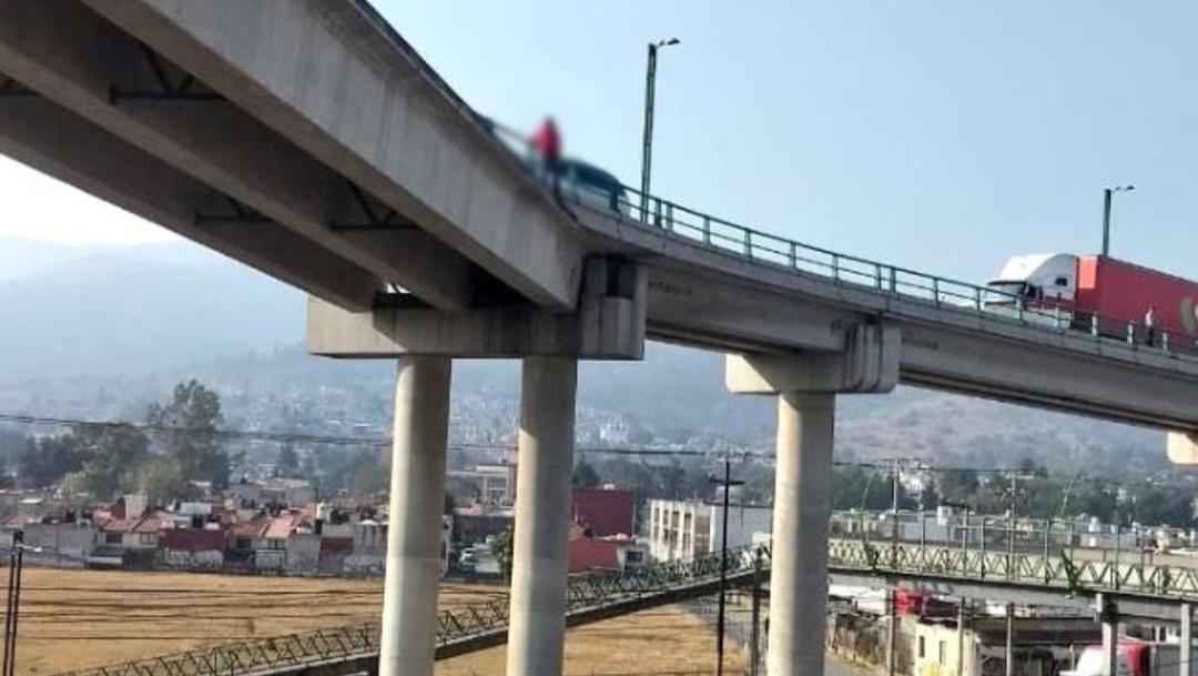 Foto: Un sujeto amenazó con lanzarse de un puente vehicular en Coacalco, 15 febrero 2020