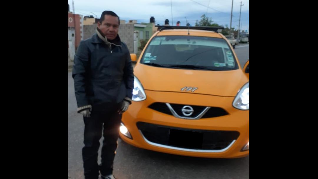 Taxista regresa 12 mil pesos a una pasajera que los olvidó