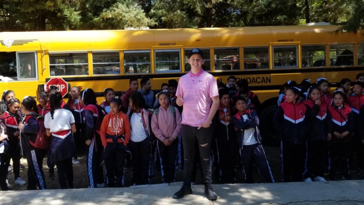 foto-joven-estadounidense-compra-autobus-utiles-dona-escuela-michoacan