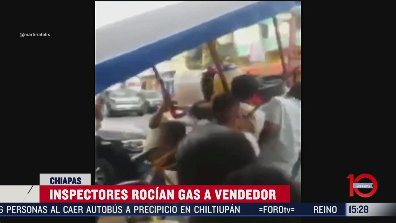 FOTO: inspectores rocian gas a vendedor de aguas en chiapas