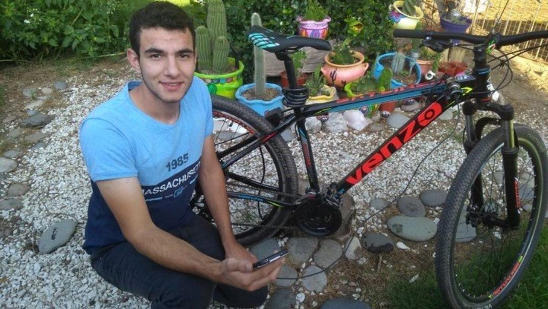 Joven inventa bicicleta que carga batería del celular