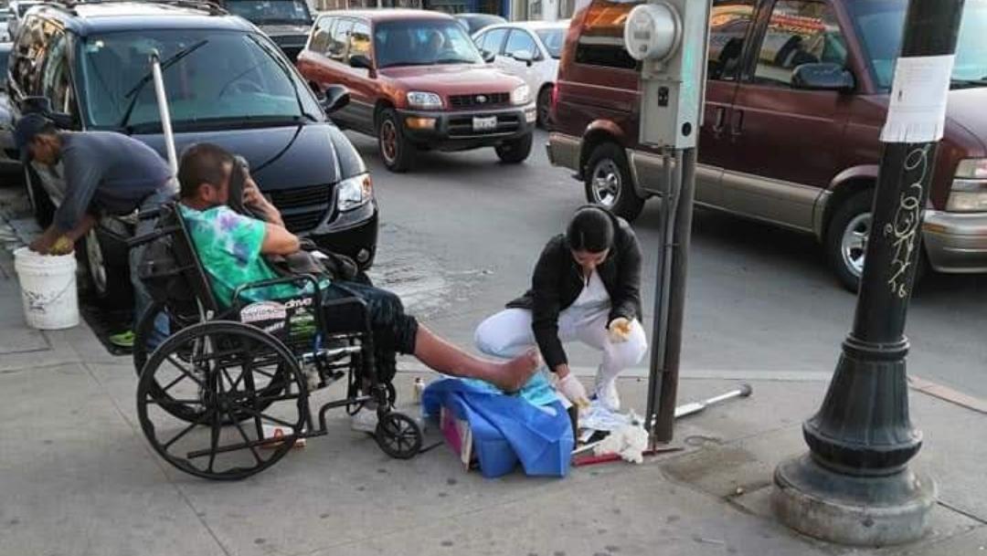 Enfermera sana heridas a hombre en situación de calle