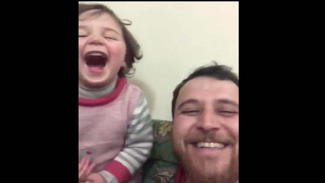 Foto Video: Padre sirio inventa juego para que su hija no se asuste durante bombardeo 18 febrero 2020