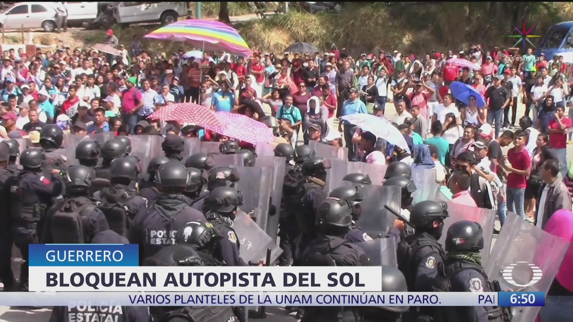 policia antimotines desaloja con gases a manifestantes en guerrero
