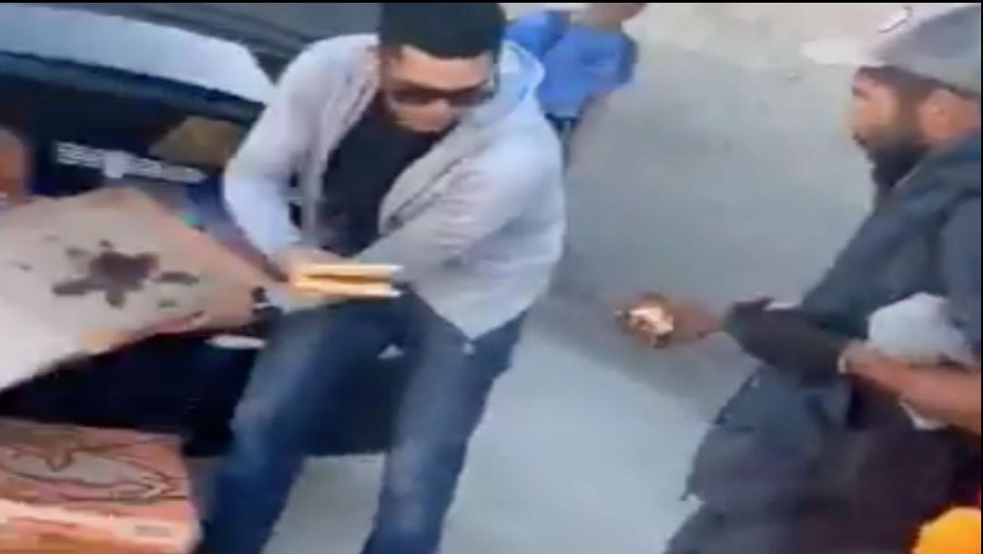Foto Joven regala pizza a personas en situación de calle 5 febrero 2020