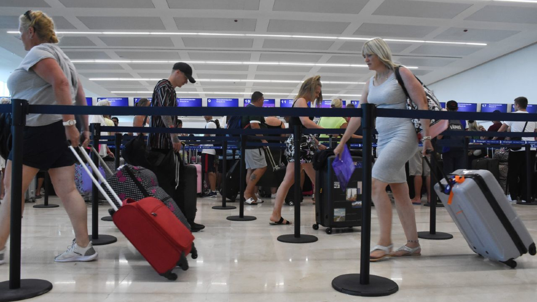 """FOTO Secretario de Turismo acepta eliminar actuales """"puentes""""; en la imagen, el aeropuerto de Cancún (Cuartoscuro/archivo)"""