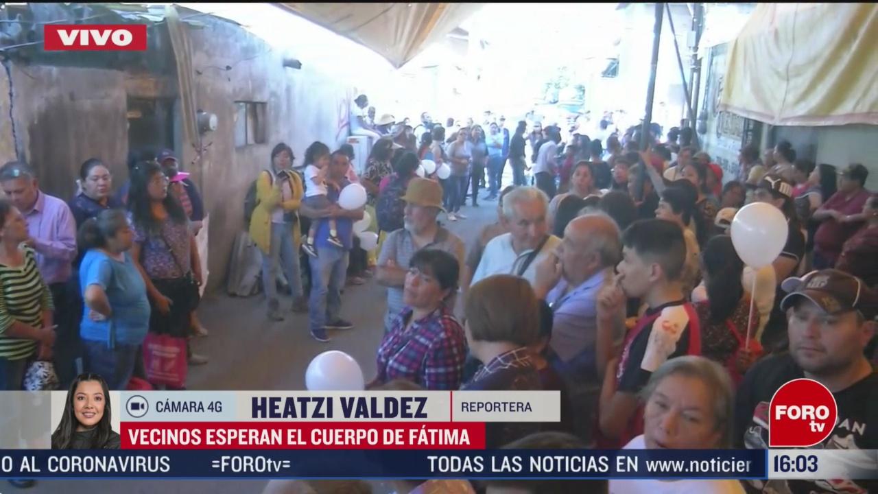 FOTO: vecinos esperan con globos blancos y velas cuerpo de fatima