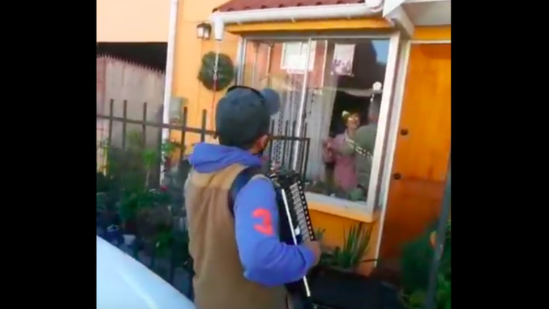 Foto Visita a sus papás para tocar el acordeón desde afuera, durante pandemia de coronavirus 27 marzo 2020