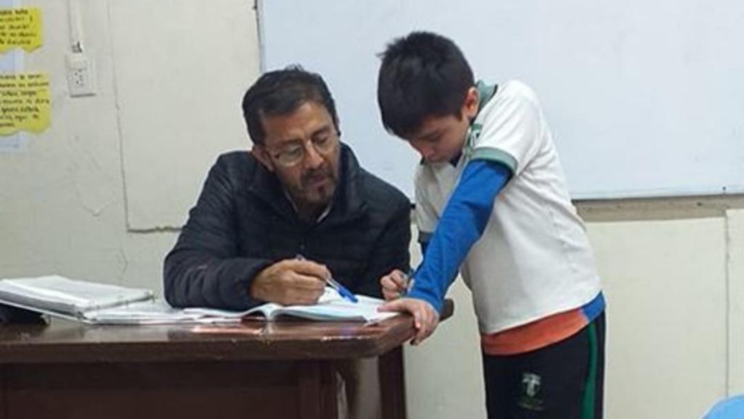 Viral: Profesor ayuda al hijo de una alumna con la tarea