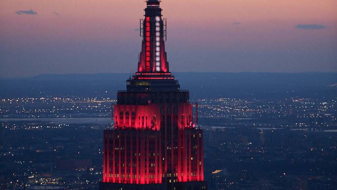 Empire State brinda homenaje a personal de salud en N.Y.