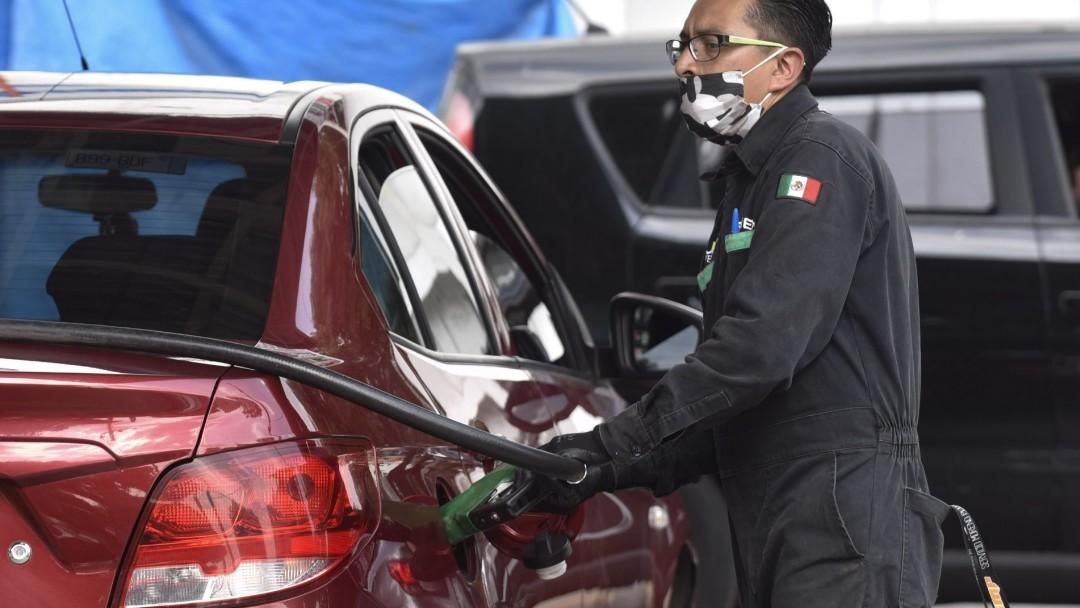 Foto: Un despachador de gasolina en la Ciudad de México. Cuartoscuro