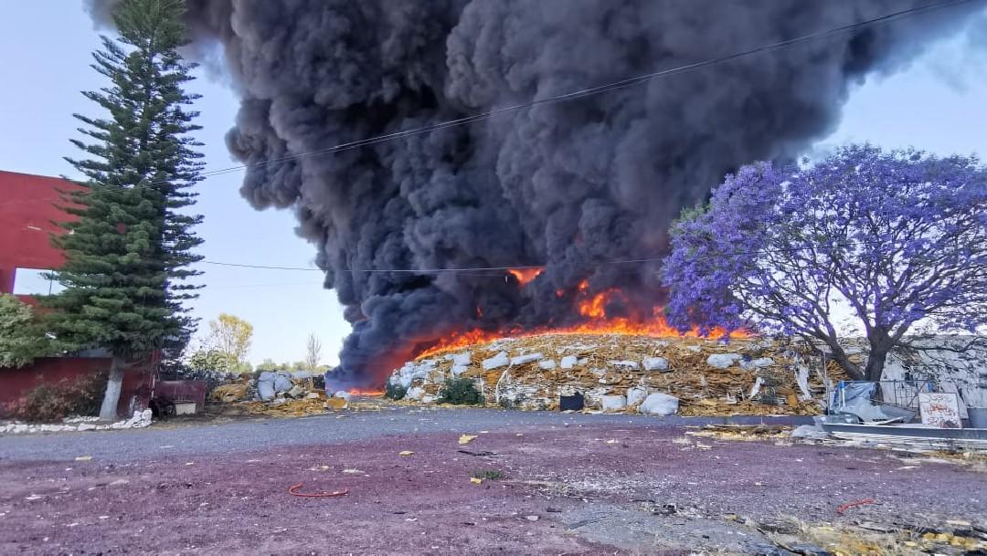 Incendio en recicladora de Celaya quema toneladas de basura