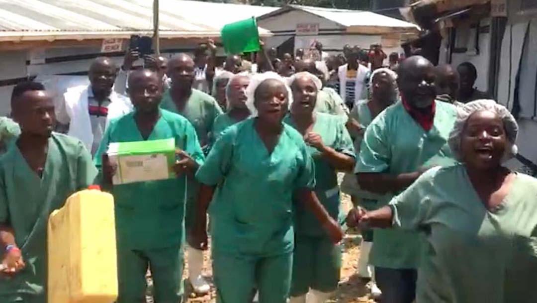 Foto Video: Enfermeros y médicos celebran bailando el fin del ébola en el Congo 11 abril 2020
