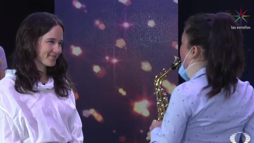 FOTO Saxofonista que sobrevivió a ataque con ácido toca 'La llorona' junto a Ximena Sariñana (Noticieros Televisa)