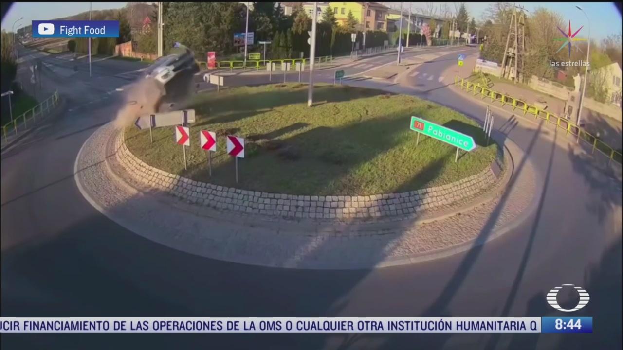 captan aparatoso accidente de auto en polonia