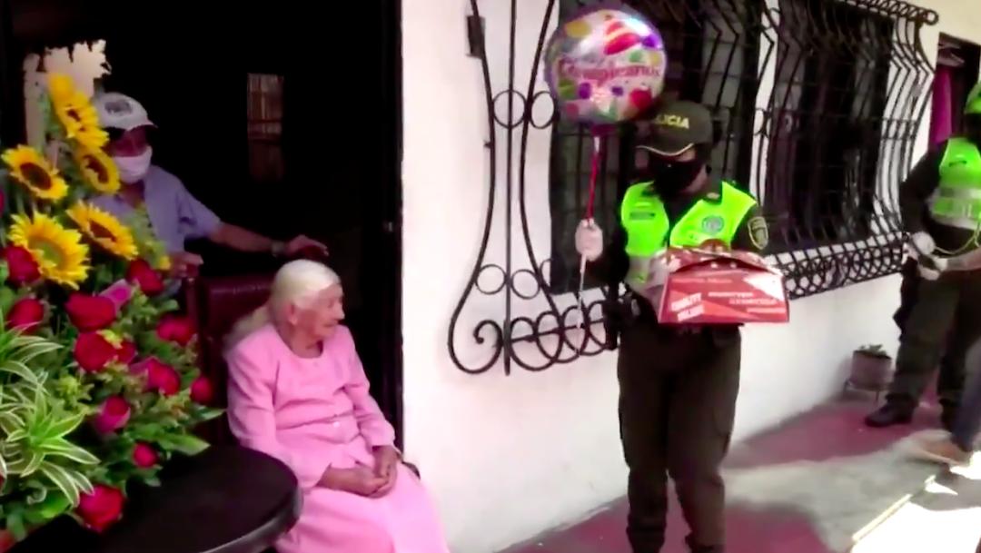 Foto Policía celebra el cumpleaños número 100 de una abuelita en Colombia 30 abril 2020