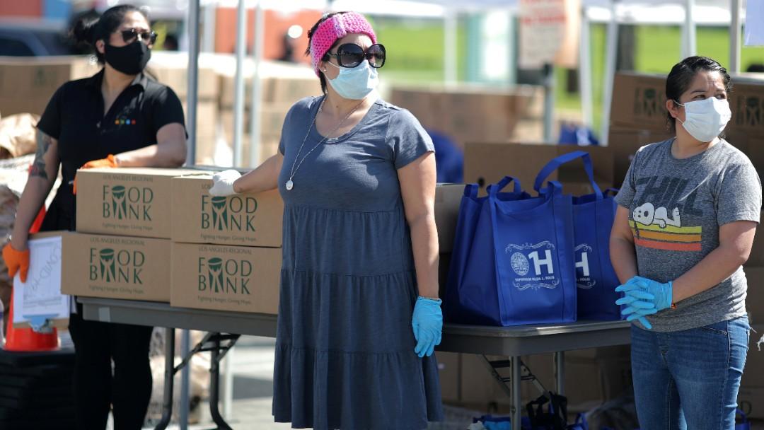 Foto: Voluntarios entregan medicamentos en Los Angeles, EEUU. Reuters