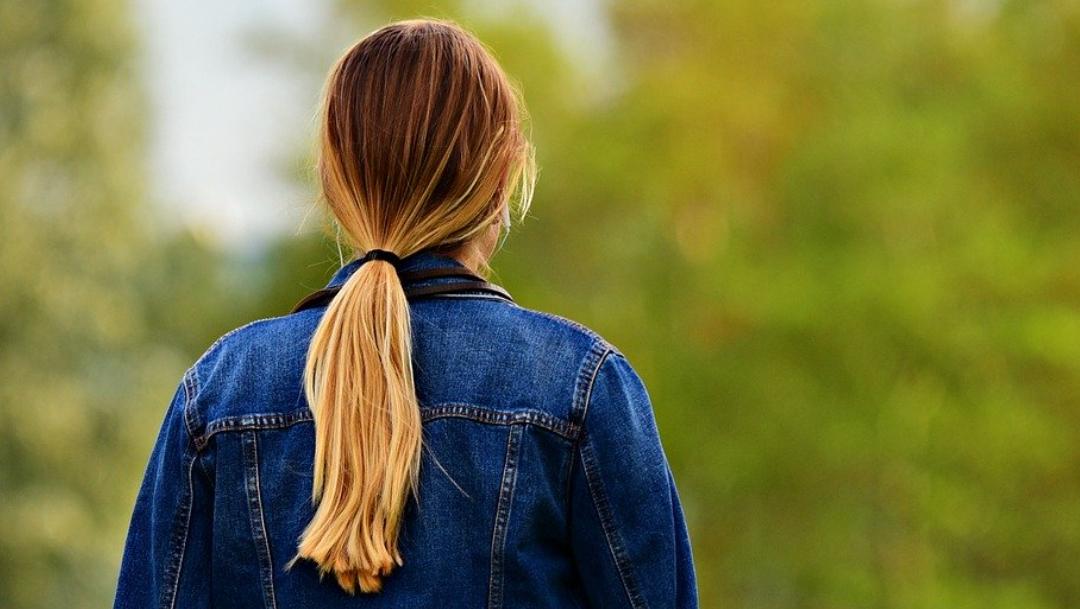 ¿Usar coleta puede provocar la caída del cabello?