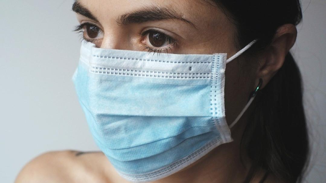 Una mujer utiliza un cubrebocas para protegerse del coronavirus. (Foto: Imagen de archivo)