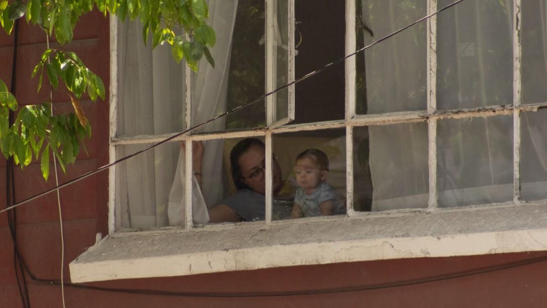 Una mujer permanece en su hogar para evitar propagar el virus. (Foto: Cuartoscuro/archivo)