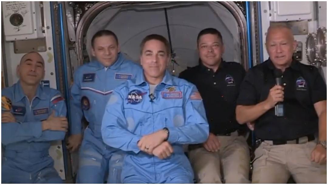Foto: Astronautas fueron recibidos con abrazos en la EEI, 31 de mayo de 2020 (NASA)