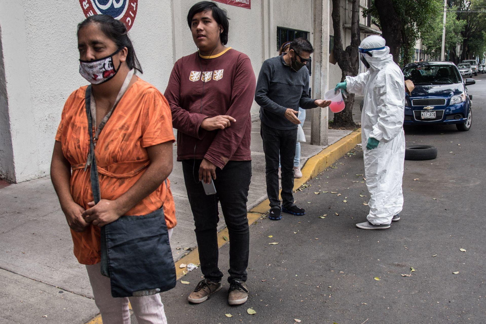 Lineamientos para regreso a la nueva normalidad en México, fila de sana distancia, sin barba, sin bigote, sin alhajas, fotografía