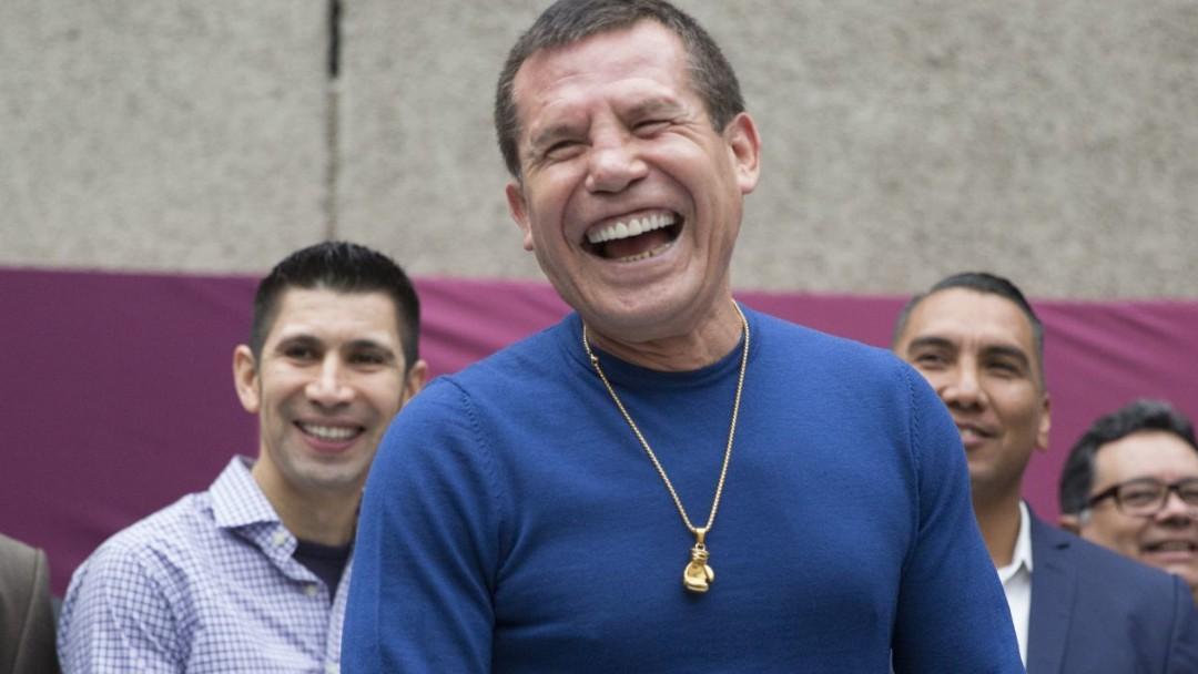 El exboxeador mexicano Julio César Chávez sonríe a reporteros. Cuartoscuro/Archivo