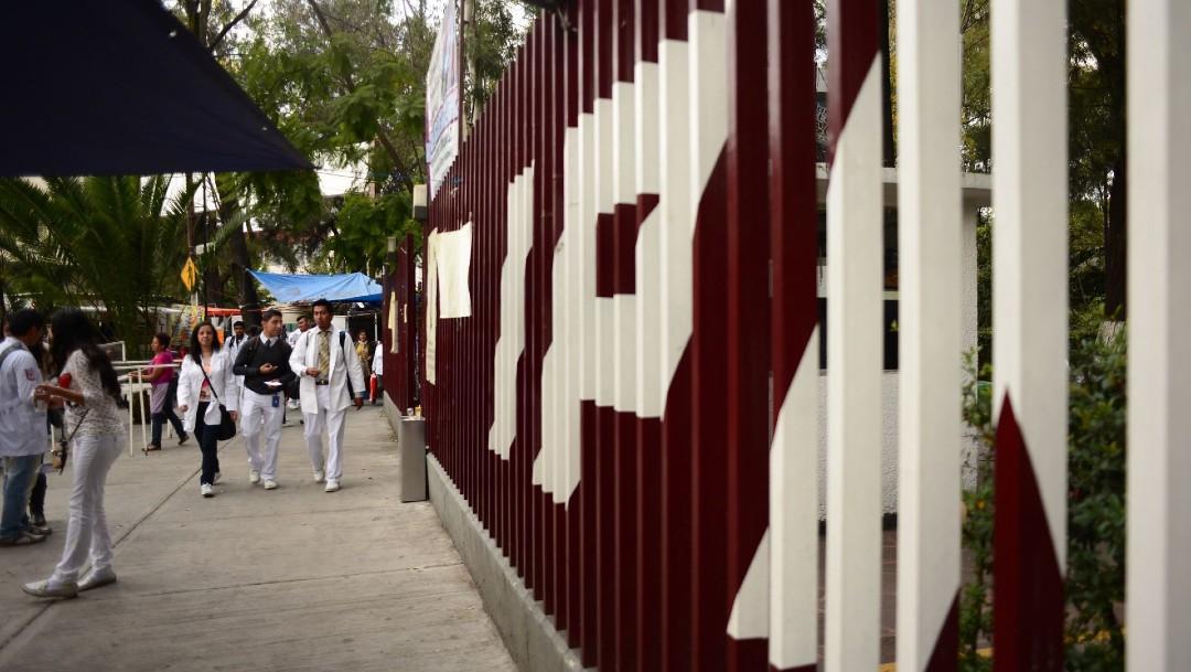Estudiantes acuden a la escuela de medicina del Instituto Politécnico Nacional para reanudar sus clases. (Foto: Cuartoscuro/archivo)
