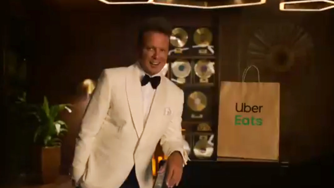 Luis-Miguel-Smoking-blanco-comercial-uber-eats